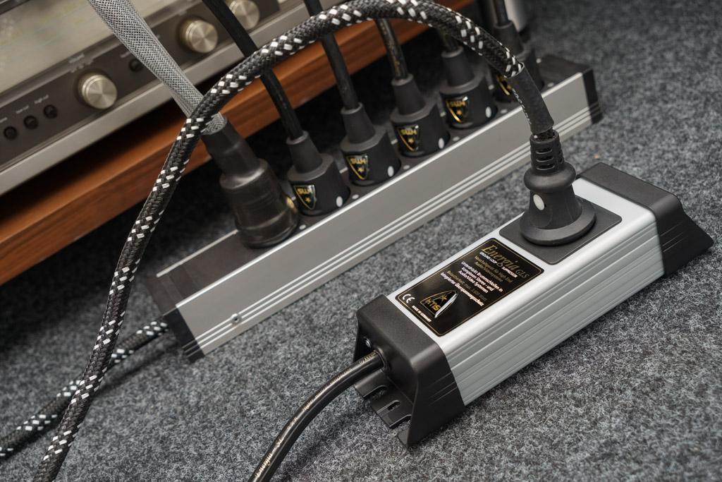 Bei komplexen Klangketten mit vielen angeschlossenen Komponenten entstehen Erdschleifen, die zu Brummen führen können. Dann kommt das Energia GLS Mono ins Spiel.