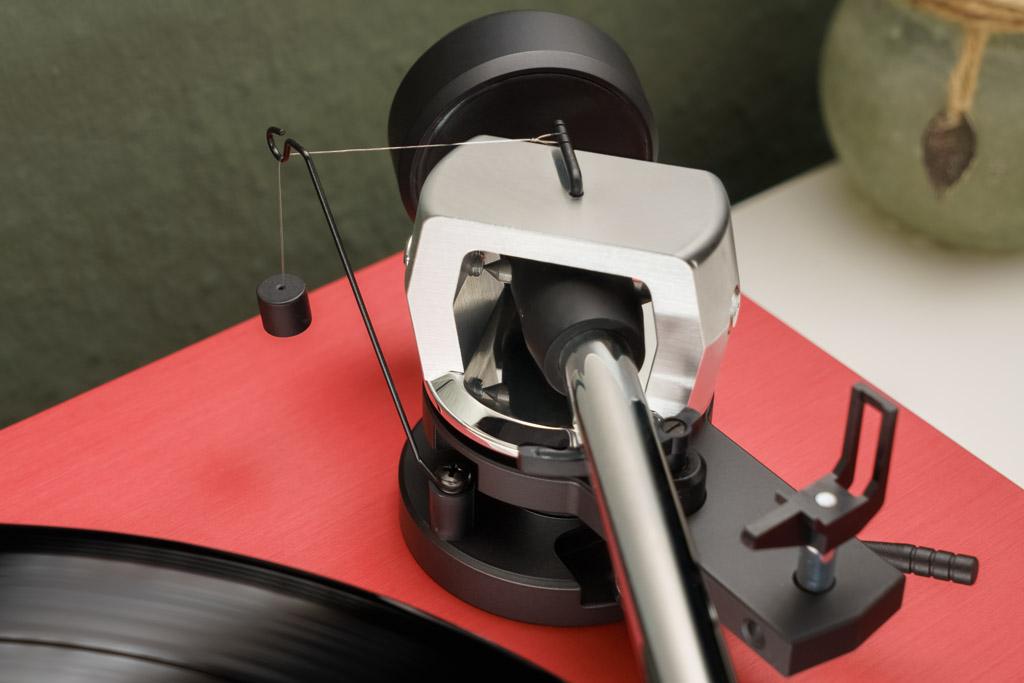 Das über einen Faden geführte Pendelgewicht dient beim LaRouge als Anti-Skating-Mechanismus. So werden die Zugkräfte ausgeglichen, die im Betrieb auf die Nadel wirken.
