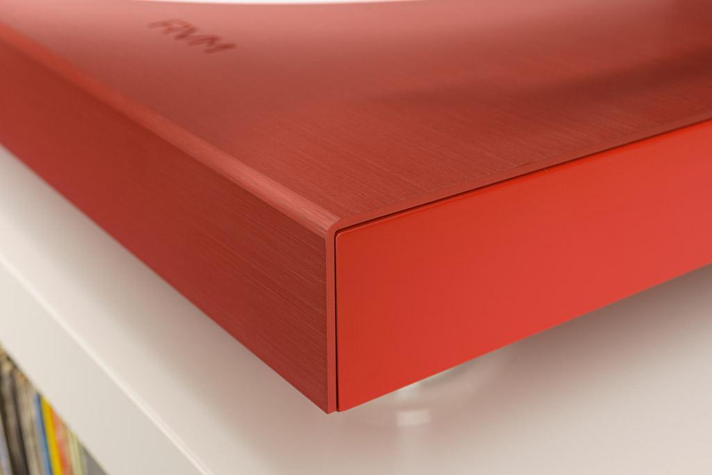Die LaRouge-Sonderedition glänzt mit einem rot durchfärbten, eloxierten und gebürsteten Aluminiumcover. Auch die seitlich sichtbare Zarge aus einem speziellen Composite-Werkstoff ist rot überzogen.