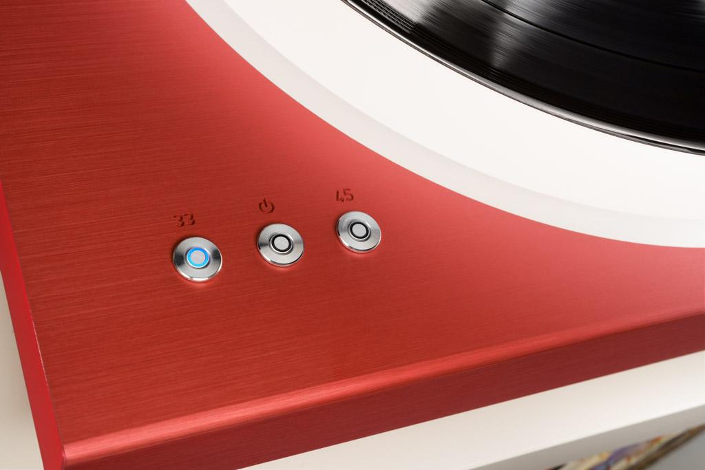 Mit den drei Tastern schaltet man den Rotation R 2.3 an oder aus und wählt die Geschwindigkeit. Ein blauer Lichtkranz betont den betätigten Taster.