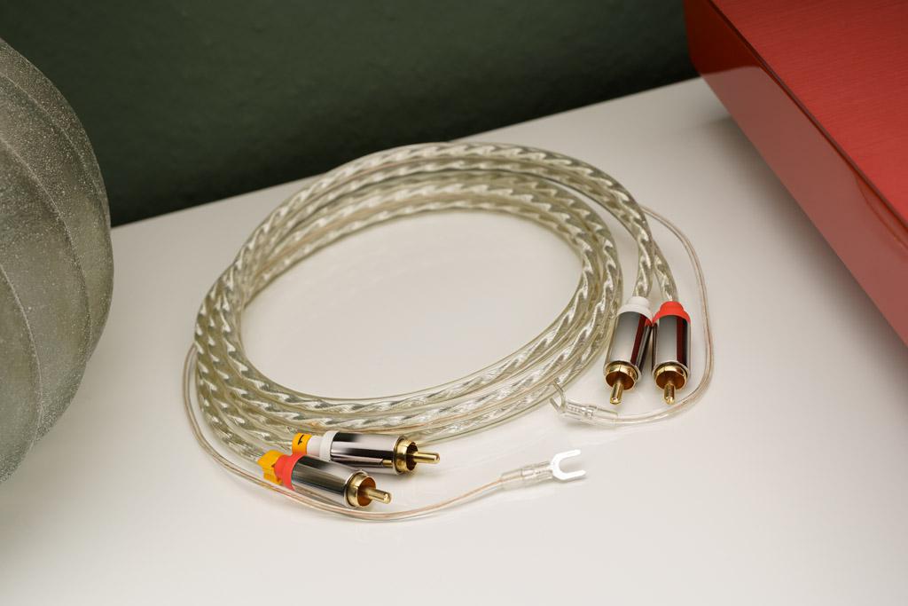 AVM liefert gleich das nötige Anschlusskabel mit. Es besitzt einen zusätzlichen Leiter zur Verbindung der Erdklemmen am Plattenspieler wie am Verstärker. So wird lästigem Brummen der Garaus gemacht.