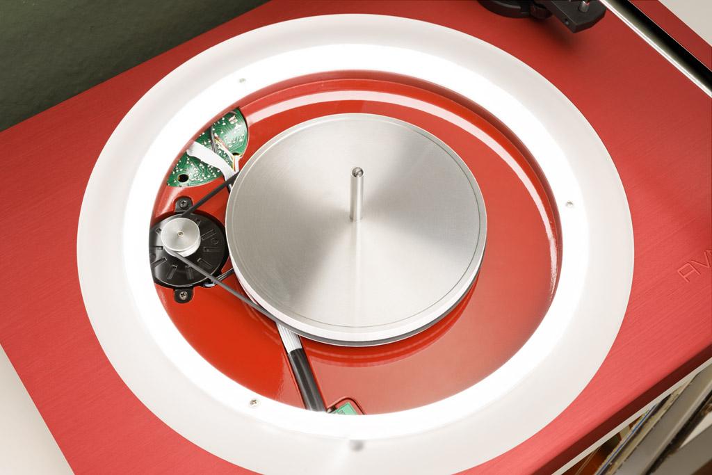 Nimmt man den Teller ab, offenbaren sich das LED-Band, das für die Beleuchtung sorgt, der Subteller und der in das Gehäuse eingelassene Motor, der den Teller über einen Flachriemen antreibt.