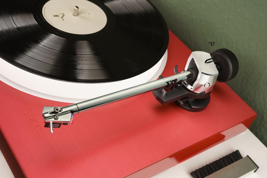 Der exzellente Tonarm und die Basis sind eine Eigenentwicklung von AVM. Ihre Schnörkellosigkeit unterstreicht den modernen Auftritt des Plattenspielers.