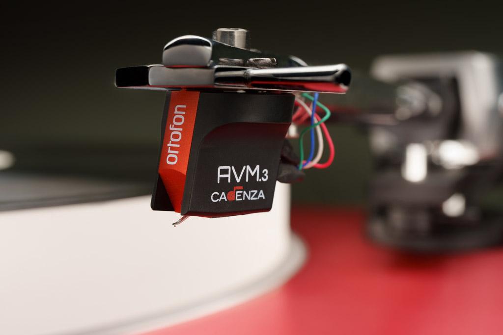 Fest vermählt: Der LaRouge wird mit dem Ortofon Cadenza AVM.3 Red bestück. Für dieses Moving Coil-System ist der Tonarm des Plattenspielers auch konzipiert.