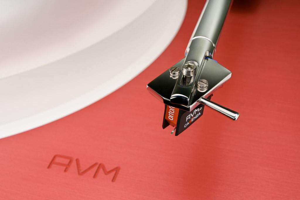 Die formschöne Kopfplatte bietet mit drei Schrauben die Möglichkeit, das darunter fixierte System exakt zu justieren.