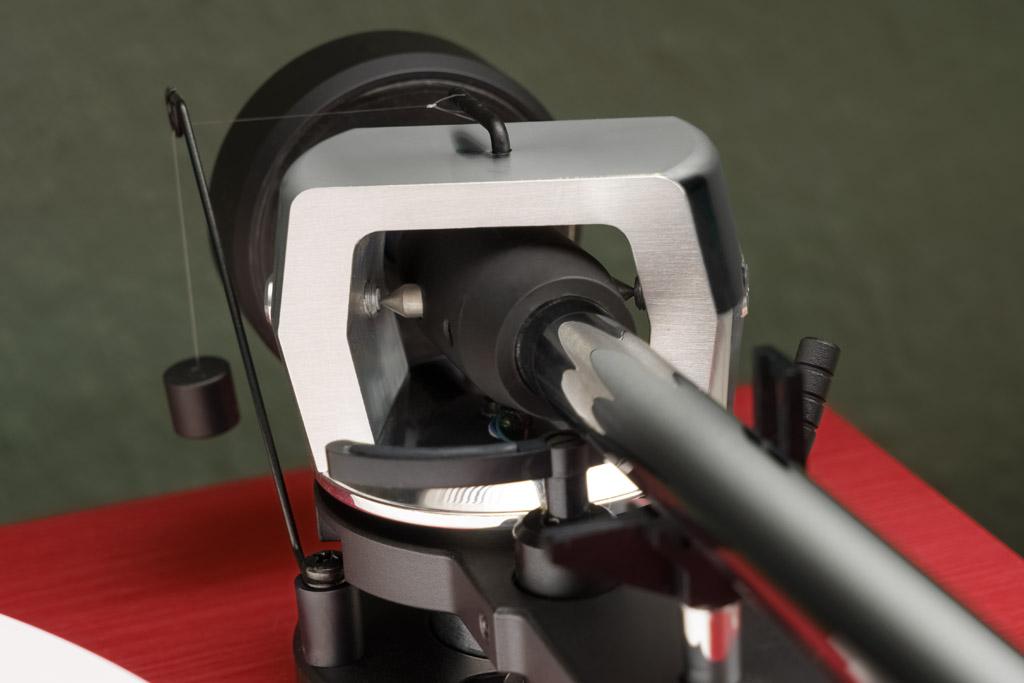 Die kardanische Aufhängung sorgt für eine geschmeidige Beweglichkeit des Tonarms sowohl in der Horizontalen wie in der Vertikalen.