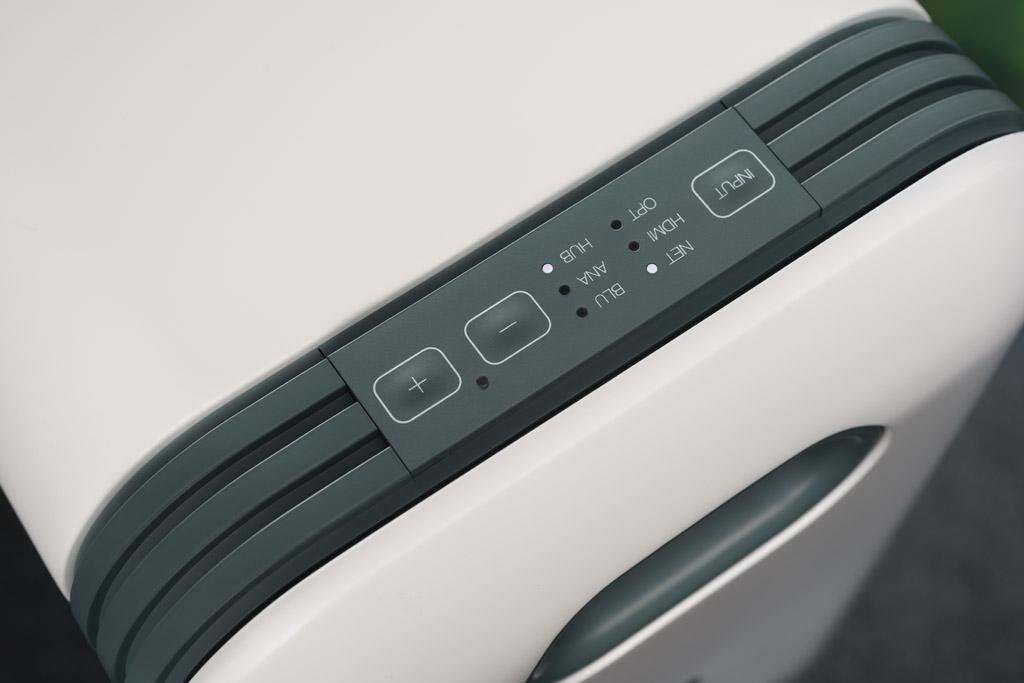 Das Audiosystem kann von jedem der beiden identisch aufgebauten Lautsprecher aus in der Lautstärke geregelt werden, auch die Quellenauswahl ist so möglich.