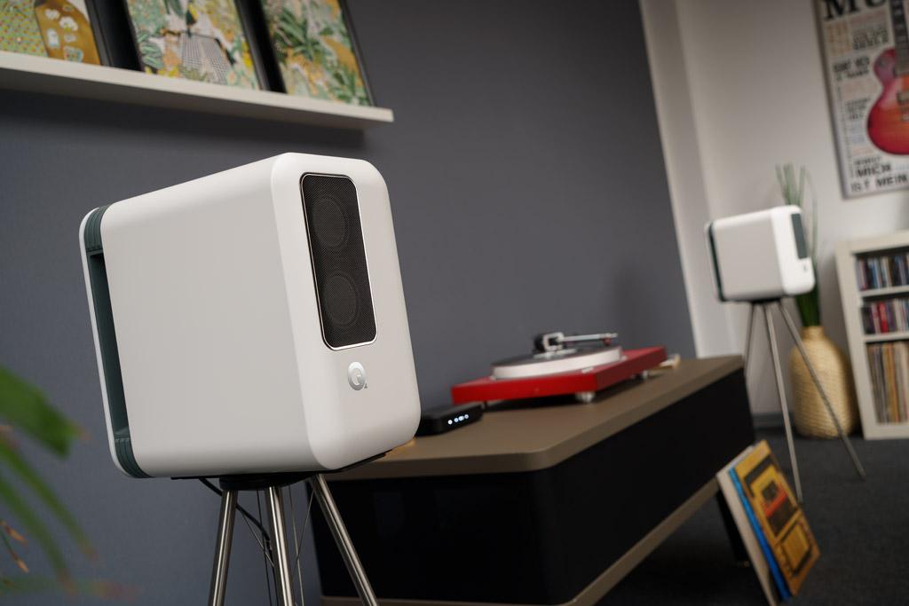 Das Q Active 200 ist ein kompaktes, komplettes Audio-System. Es besteht aus zwei Aktiv-Lautsprechern, die hier in Weiß ausgeführt sind, und einem handlichen, stets in schwarz gehaltenen Hub. Neben seinem umfassenden Streaming-Portfolio und den digitalen Schnittstellen bietet er sogar die Möglichkeit, einen Schallplattenspieler zu betreiben.