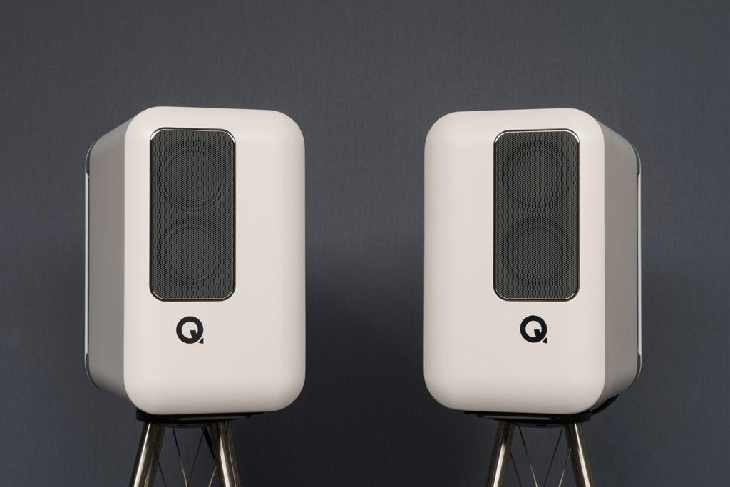 Die Schallwandler können mit den Hochmitteltönern nach innen weisend oder, wie hier, nach außen zeigend aufgestellt werden. So erreicht man eine fokussiertere oder eine breitere Abbildung.