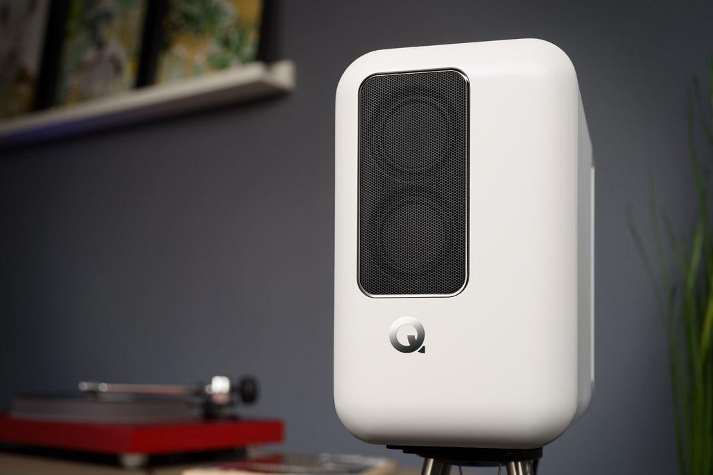 Tolles Design: Die Schallwand der Lautsprecher ist zu allen Seiten sanft gewölbt, die versetzt platzieren Frontchassis werden durch das edel gerahmte Schutzgitter geradezu inszeniert.