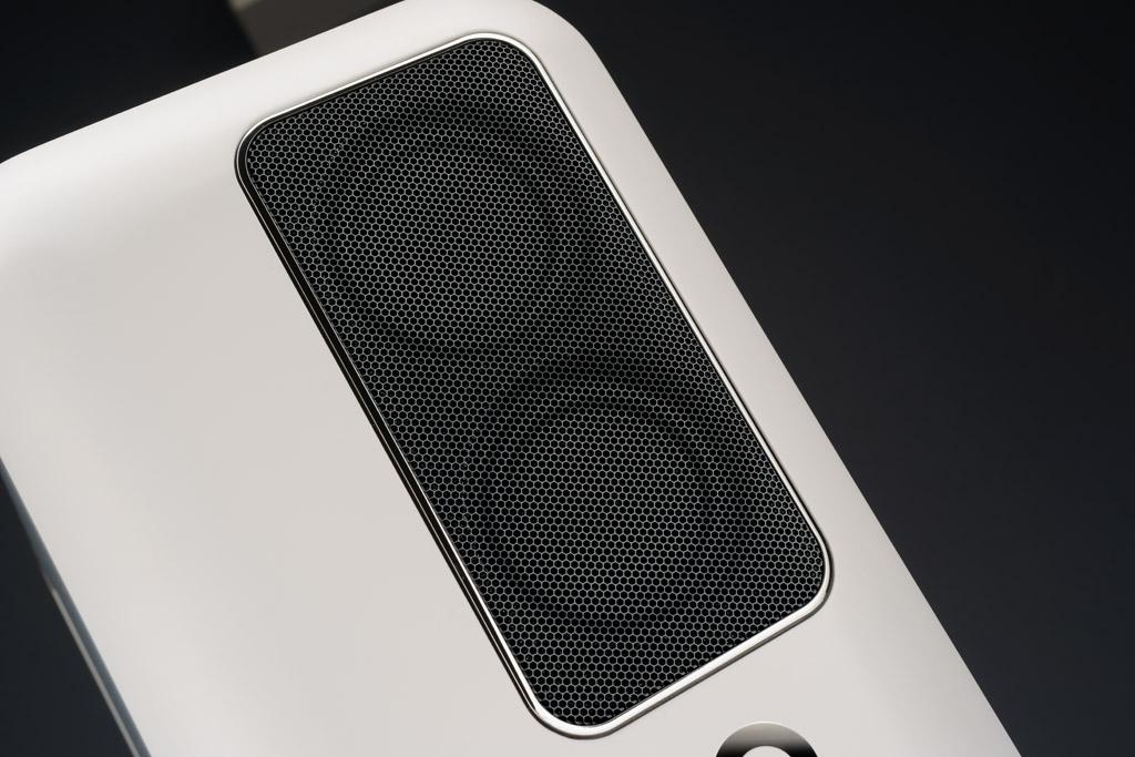 Für die Höhen und Mitten kommen spezielle BMR-Chassis zum Einsatz, die mit ihrer flachen Membran eine weiträumig homogene Abstrahlung ermöglichen. Der untere Schallwandler konzentriert sich auf die Mitten, der obere überträgt den weiten Bereich von 150 bis 20.000 Hertz.