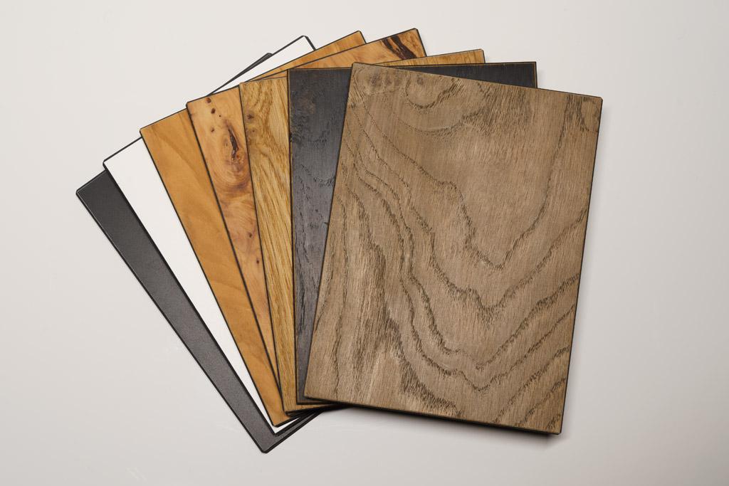 Die MC Series No.1 ist mit mattschwarzer oder mattweißer Keramiklackierung erhältlich, auch andere Farben des RAL-Spektrums sind möglich. Hinzu kommt eine Auswahl an attraktiven Furnieren (v.l.n.r.): Olive, Eibe Pfefferkorn, Palisander sowie Roseneiche in der Ausführung Natur, Schwarz oder Vintage. Neu im Portfolio ist das hier nicht zu sehende Palisander.