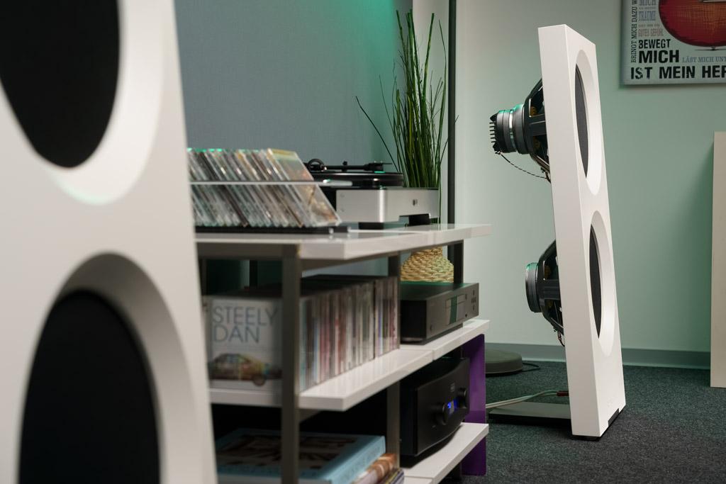 Im Profil erkennt man die Luftigkeit und Schlankheit des L-förmigen Lautsprechers am besten.