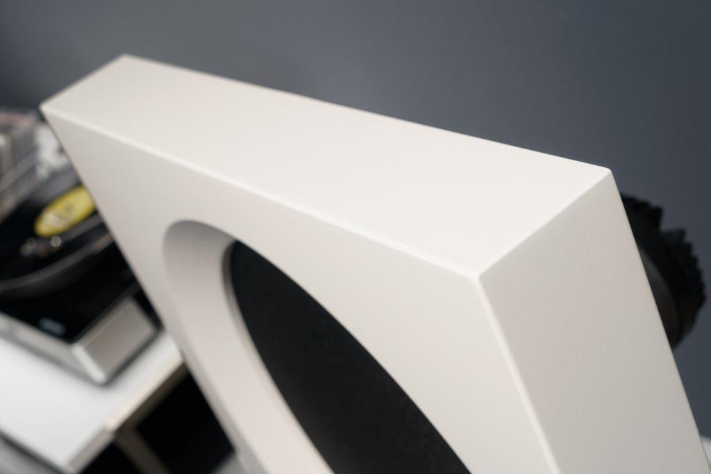 Die sanfte Abrundung der Ecken und Kanten verleiht der Schallwand Geschmeidigkeit. Diese Front besteht eigentlich aus zwei unterschiedlich dicken, verleimten MDF-Platten mit genau definierter Dichte.