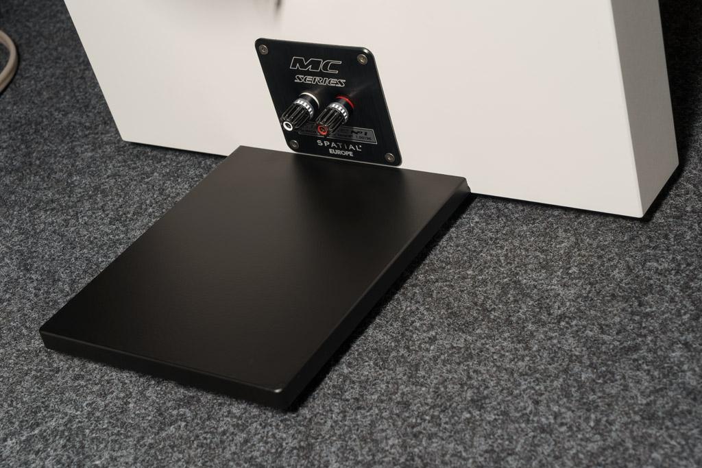 Der schwarze Aluminium-Sockel verleiht der No.1 sicheren Stand. Im Zusammenspiel mit der leicht geschrägten Schallwand ist die Statik perfekt. Zum Boden hin wird der Lautsprecher mit aufwändig-edlen Spikes angekoppelt: Zwei sitzen unter der Schallwand, einer am hinteren Ende des Fußes. Sie sind höhenverstellbar und mit einer gerändelten Kontermutter in der eingesteckten Position fixierbar.