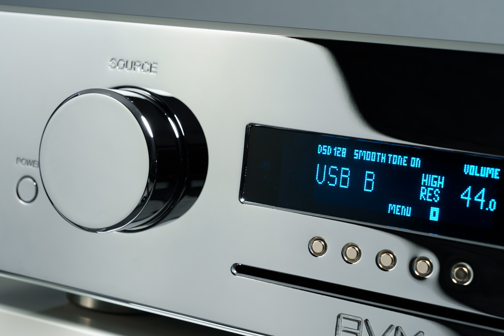 Das zentrale Display informiert in AVM-Blau und mit gestochen scharfen Lettern über die aktuellen Einstellungen. Die letzte Zeile zeigt an, welche Funktion die fünf Taster unter dem Display aktuell haben – dies ändert sich je nach gewählter Quelle. Unter den Bedienknöpfen sitzt der Slot des CD-Laufwerks.