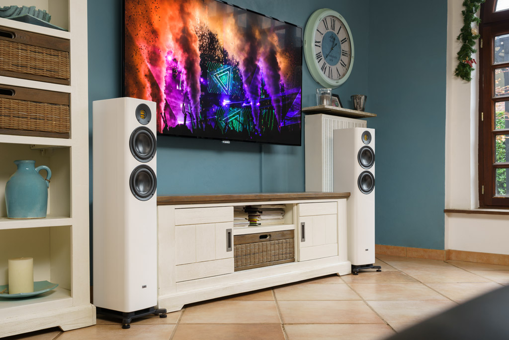 Die Elac Solano FS 287 harmoniert mit jedem Ambiente – einerseits durch ihre Formgebung, andererseits durch die wahlweise schwarze oder weiße Lackierung. So integriert sich der Schallwandler auch in ein hell eingerichtetes Ambiente.