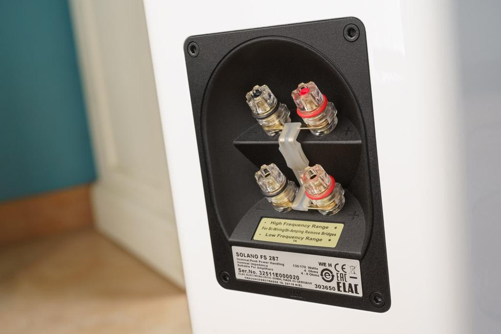 Das Terminal der Solano FS 287 ist mit vergoldeten Klemmen realisiert. Dies bürgt für eine exzellente Kontaktfläche mit bester Signalleitfähigkeit. Dank der Vierzahl der Klemmen ist neben dem Standard-Anschluss, für den die mitgelieferten Brücken eingesetzt bleiben, auch Bi-Wiring oder sogar Bi-Amping möglich. Beim Bi-Wiring werden der FS 287 Hochton und tiefere Frequenzen über separate Kabel zugeführt. Das ermöglicht etwa Klangtuning mit verschiedenen Signalleitern. Beim Bi-Amping werden für beide Frequenzbereiche sogar eigene Verstärker verwendet. Diese Aufgabenteilung ermöglicht eine höhere Präzision.