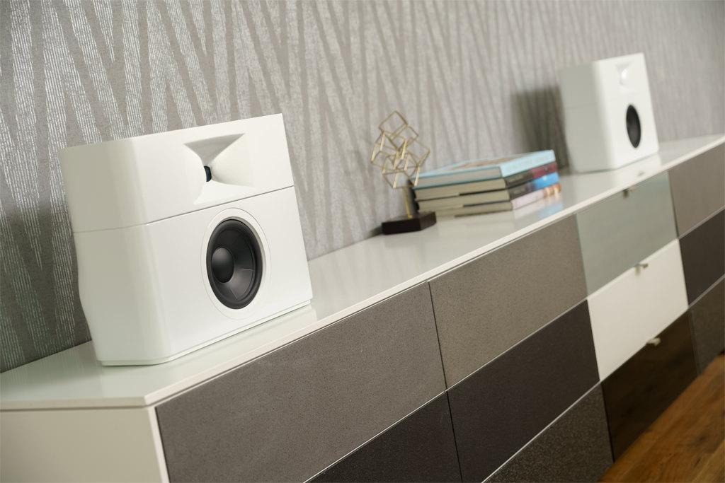 Dank einer Moosgummi-Unterfütterung können die Schallwandler auf einem Sideboard positioniert werden.