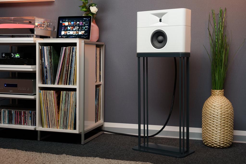 Die optimale Höhe haben die Lautsprecher auf Stativen. Die von GGNTK angebotenen Ständer fassen die unten verjüngten Schallwandler dabei stimmig-bündig ein.