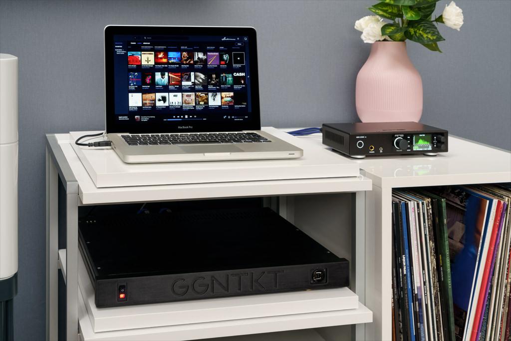 Vor die DSP/Verstärkereinheit gehört ein Device, dass in der Lautstärke regelbar ist. Im Verbund mit einem Audio-Interface wie dem RME ADI-2, der auch eine USB-Schnittstelle besitzt, lassen sich per Laptop Files von der internen oder einer externen Festplatte zuspielen – oder, wie hier, von der NAS des heimischen Netzwerks, wenn das Laptop in das WLAN integriert ist.