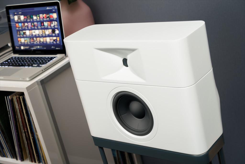 Die außergewöhnliche Geometrie mit breiter Front und flacher Bautiefe hebt das Modell M1 von der gängigen Lautsprecher-Anmutung ab. Die gerundeten Gehäusewangen und die makellose Lackierung befördern die Attraktivität.