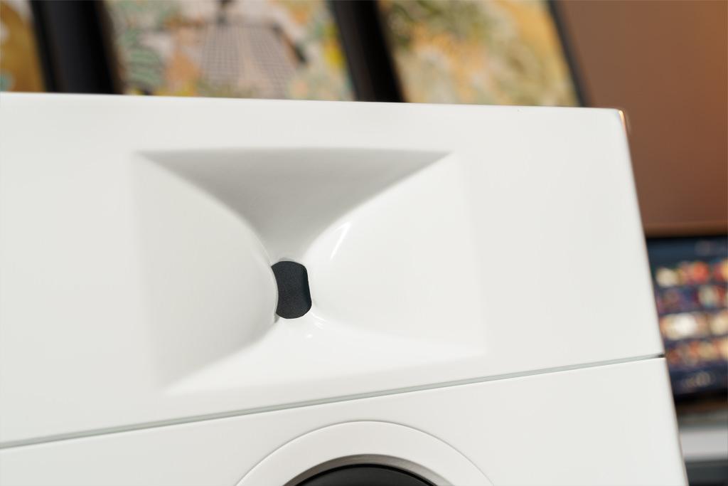 Den Hochton liefert ein im Gehäuse sitzender Druckkammertreiber. Der Schall wird über einen Tunnel zum Waveguide geleitet. Die komplexe und spezielle Formgebung der Schallführung sorgt für eine Abstrahlung, die horizontal konstant 140 Grad abdeckt, vertikal hingegen 60 Grad nach oben und 40 Grad nach unten beträgt. So werden insbesondere bodenseitige Reflexionen reduziert.