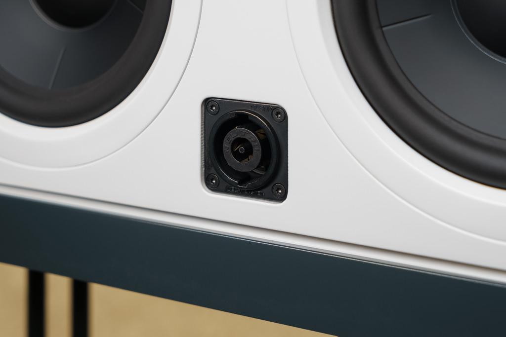 Zum Anschluss an den DSP/Verstärker bietet jeder Schallwandler eine Speakon-Buchse. Diese Lautsprecher-Verbindung hat unschlagbare Vorteile: Es gibt nur einen Stecker für eine Buchse, eine Verpolung ist damit ausgeschlossen. Die Verbindung bietet zudem eine größere Kontaktfläche und ist mechanisch stark belastbar. In der professionellen Tontechnik hat sich Speakon deshalb längst durchgesetzt, im HiFi-Bereich ist dieser Standard bislang noch eine Seltenheit.