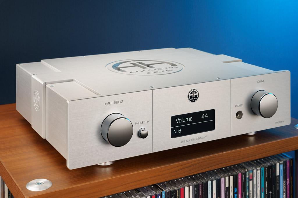 Der Accustic Arts Preamp III: Wie jede Audiokomponente der Lauffener Manufaktur ist auch dieser Audio-Vorverstärker ein Traum in Aluminium und Chrom. Zu den optischen Highlights gehört neben dem edel vergüteten Gehäuse, den markanten chromglänzenden Bedienknöpfen sowie den kunstvollen Gravuren und Fräsungen nun auch das neue OLED-Display.