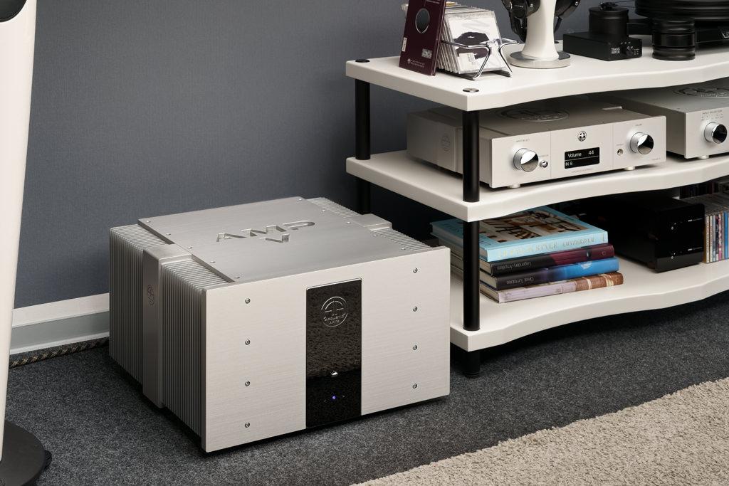 Die optisch wie akustisch passende Ergänzung für den Preamp III ist der Accustic Arts Amp V. Diese Stereo-Endstufe in Dual-Mono-Ausführung harmoniert auch durch die mögliche DC-Kopplung perfekt mit dem Preamp.