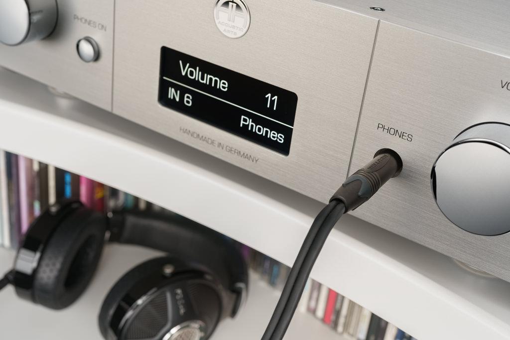 """Die Buchse für den Kopfhörer offenbart sich, nachdem man den metallenen, optisch zum """"Phones On""""-Schalter passende Blendenknopf abgenommen hat."""