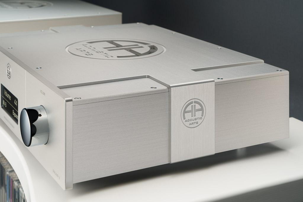 Das Accustic Arts-Logo ist auch in die Aluminium-Applikation, die jede Wange des Gehäuses wie ein metallenes Band ziert, eingraviert.