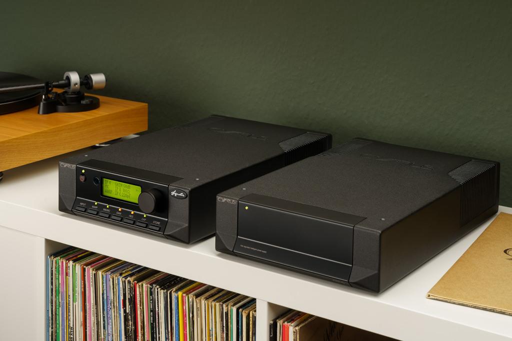 Es geht auch nebeneinander. Eine größere Distanz zwischen dem Phono-Preamp und dem externen Netzteil ist weder nötig, aber auch kaum möglich, weil das am PSX-R2 fest installierte Verbindungskabel kurz gehalten ist.