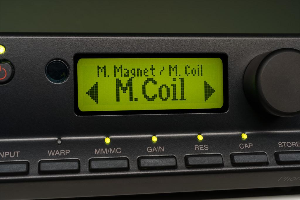 """Setzt man den Phono Signature in den Moving Coil-Modus, so leuchten die LED an jenen Tasten auf, deren Funktion nun zur Verfügung steht: Jetzt sind Gain, Impedanz (""""RES"""" steht für Resistance, also Widerstand) und Kapazität veränderbar."""