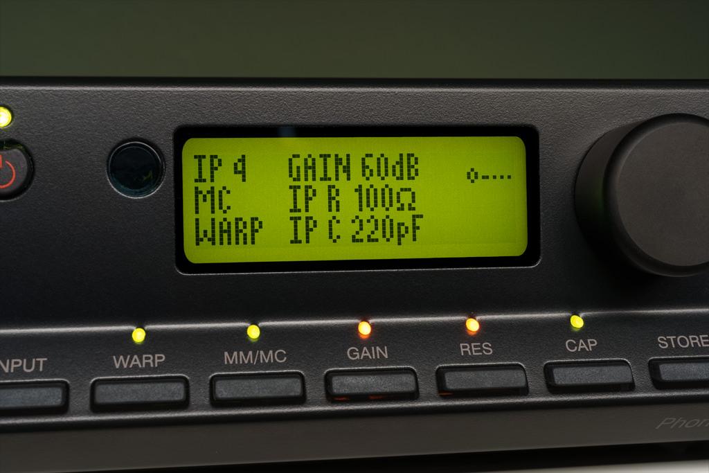 """Wenn der zuschaltbare Subsonic-Filter aktiviert ist, informiert das Display darüber durch Anzeige """"WARP""""."""