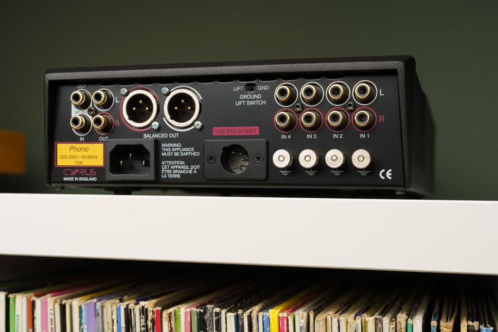 Anschlüsse satt: Der Cyrus Phono Signature ermöglicht den Anschluss von vier verschiedenen Plattenspieler oder eines Laufwerks mit verschiedenen Armen. Separate Erdungsklemmen und ein genereller Ground-Lift-Schalter dienen der Brummfreiheit. Der Anschluss an den nachfolgenden Verstärker kann wahlweise symmetrisch per XLR oder unsymmetrisch via Cinch erfolgen. Zur Steigerung der Klang-Performance bietet der Verstärker die Möglichkeit, ein optionales PSX-R2- oder PSX-R-Netzteil anzuschließen. Der MC-Bus-Anschluss ermöglicht, wenn man mehrere Cyrus-Komponenten betreibt, eine gemeinsame An- und Standby-Schaltung des gesamten Systems.