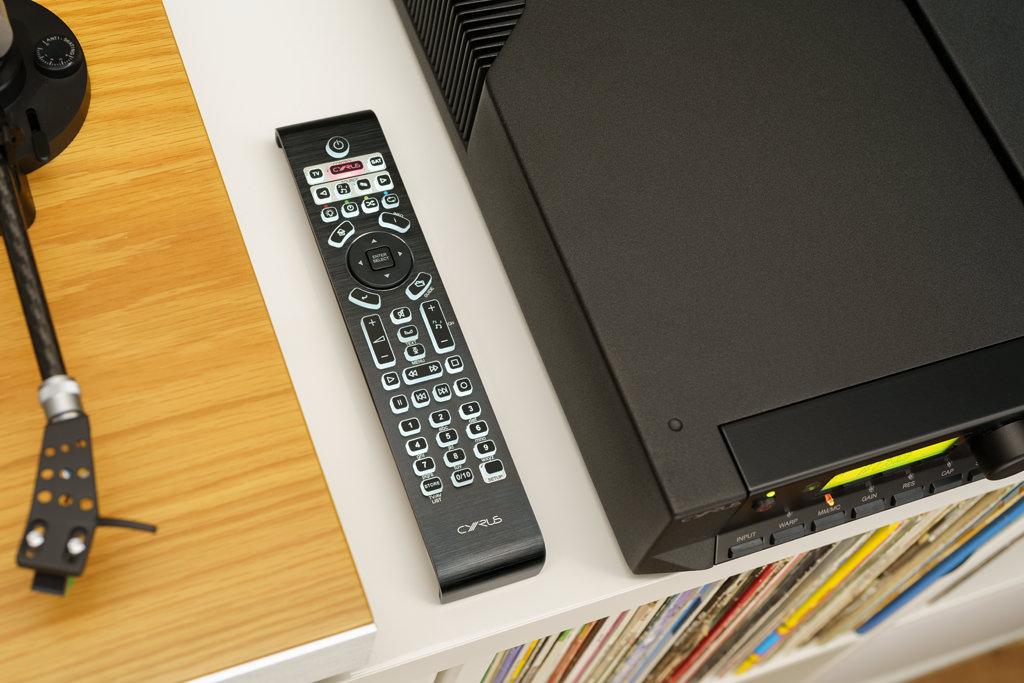 Die große System-Fernbedienung erlaubt die Steuerung des Phono Signature und weiterer Cyrus-Komponenten, aber auch von anderen Geräte wie Flatscreen oder TV Set Top-Box. Die Taster haben einen ordentlich definierten Druckpunkt, die Befehlsausführung geschieht flott.