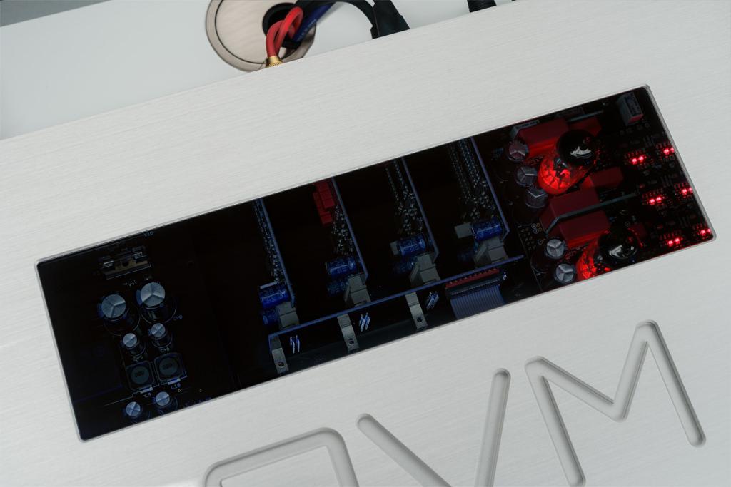 Das leicht getönte Sichtfenster ermöglicht einen Einblick in die Technik und fasziniert durch die Illumination – insbesondere durch die rotglimmende Inszenierung die Röhrenstufe.