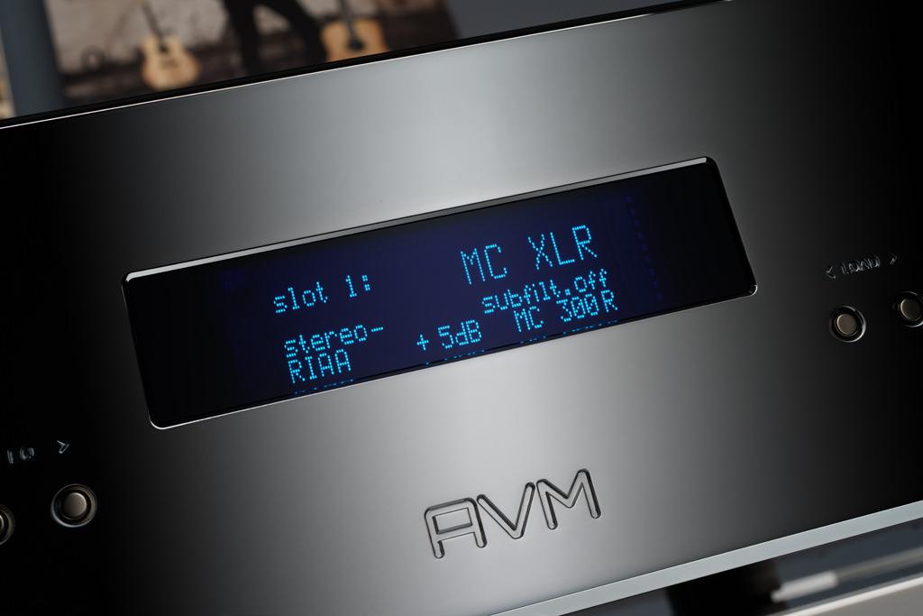 Das zentrale Display gibt uns in AVM-Blau vollständige Auskunft. Hier ist der erste Eingang angewählt, der Slot ist mit ein MC-Modul mit symmetrischem XLR-Eingang bestückt. Das Modul arbeitet im Stereo-Betrieb, allerdings mit aktivierter Phasendrehung, mit der gängigen RIAA-Entzerrung, der Gain ist um 5 Dezibel angehoben, die Impedanz auf 300 Ohm gesetzt, der Subsonic-Filter deaktiviert.