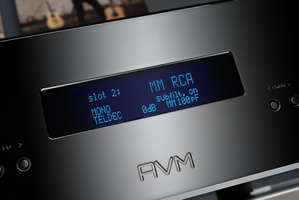 """Hier ist der zweite Input angewählt, der mit einem MM-Modul mit unsymmetrischen RCA-Buchsen (hierzulande unter """"Cinch"""" geläufig) belegt ist. Zum Abspielen einer alten Mono-Platte ist die Betriebsart auf """"MONO"""" gesetzt, die Entzerrung erfolgt nun mit der TELDEC-Kennlinie, die Kapazität ist auf 100 Pikofarad eingestellt, der Rumpelfilter ist eingeschaltet."""