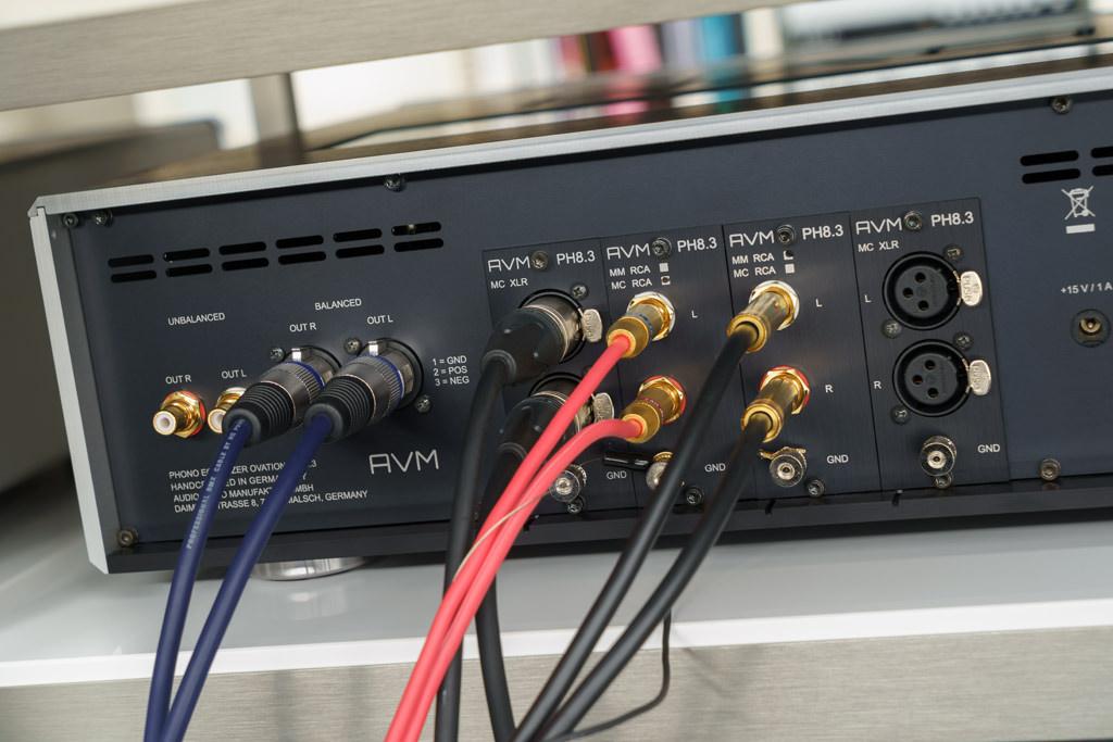 Wer verschiedene Plattenspieler, ein Analoglaufwerk mit mehreren Tonarmen oder diversen Systeme betreibt, wird die modulare Vielfalt des PH 8.3. lieben: Das umständliche Umstecken entfällt, ebenso das Anschließen der Erdung. Die Erdungsklemme ist für jedes Modul separat realisiert.