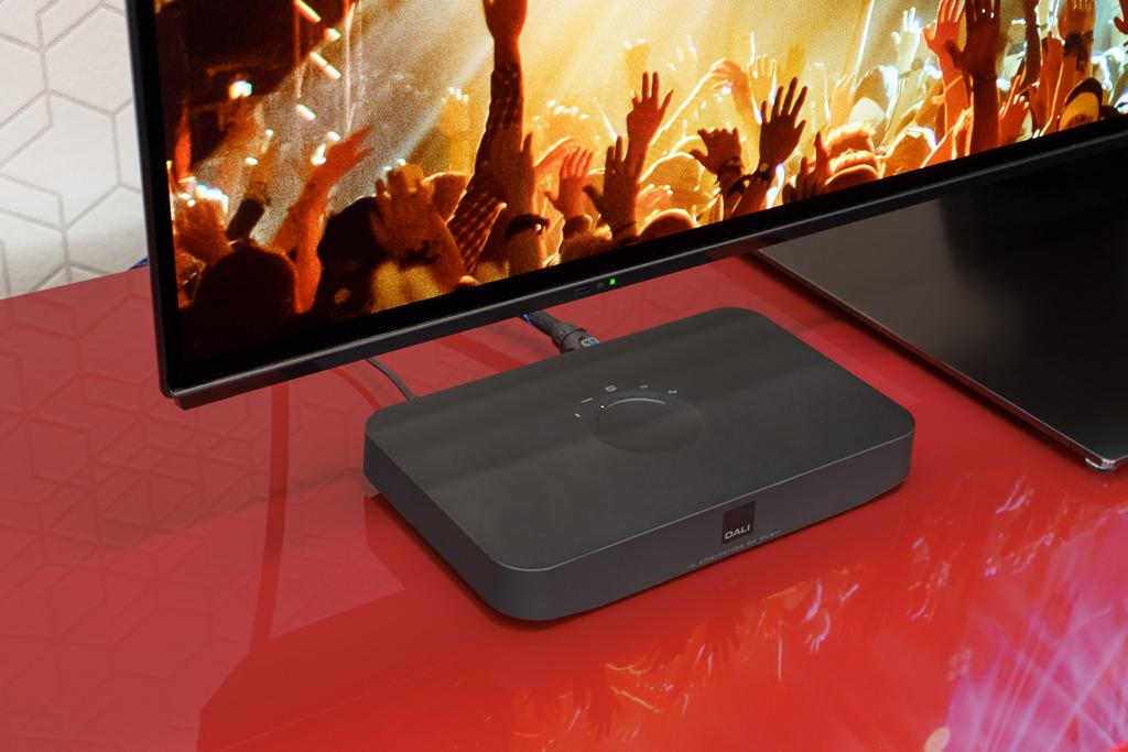Danks seines HDMI-Eingangs bietet sich der Hub auch für die Wiedergabe des Film- und TV-Tons an. Dafür muss der Fernseher über einen HDMI-Port mit Audio Return Channel (ACR) verfügen. Da der Hub die CEC-fähig ist, können die Lautstärke, Stummschaltung, Ein/Standby-Schaltung des Hubs auch über die Fernbedienung des TV-Geräts gesteuert werden.