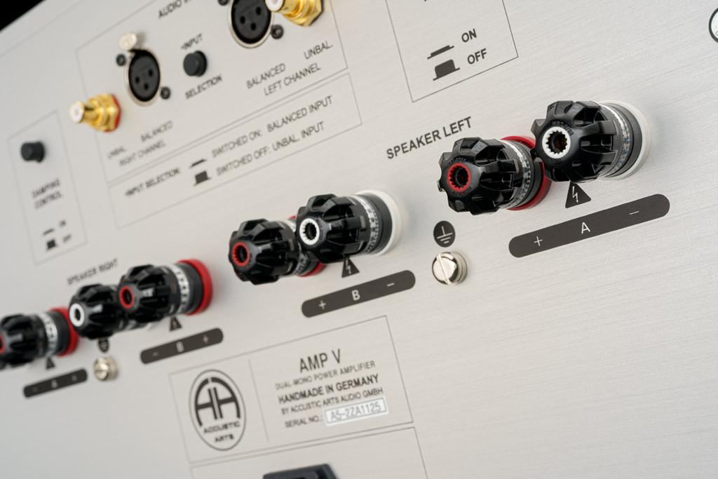 Zum Lautsprecher-Anschluss bietet der Amp V vier Klemmenpaare. Damit ermöglicht er Bi-Wiring. Die Polklemmen sind die Premium-Modelle aus der nextgen-Reihe von WBT: Sie ermöglichen mit einem Drehmoment-Indikator den optimalen Anpressdruck und besitzen ein Minimum an Metall, um ein Maximum an Klangneutralität zu gewährleisten. Wer ein Lautsprecherkabel mit Extra-Abschirmung verwendet, wird sich über den Erdungskontakt des Amp V freuen.