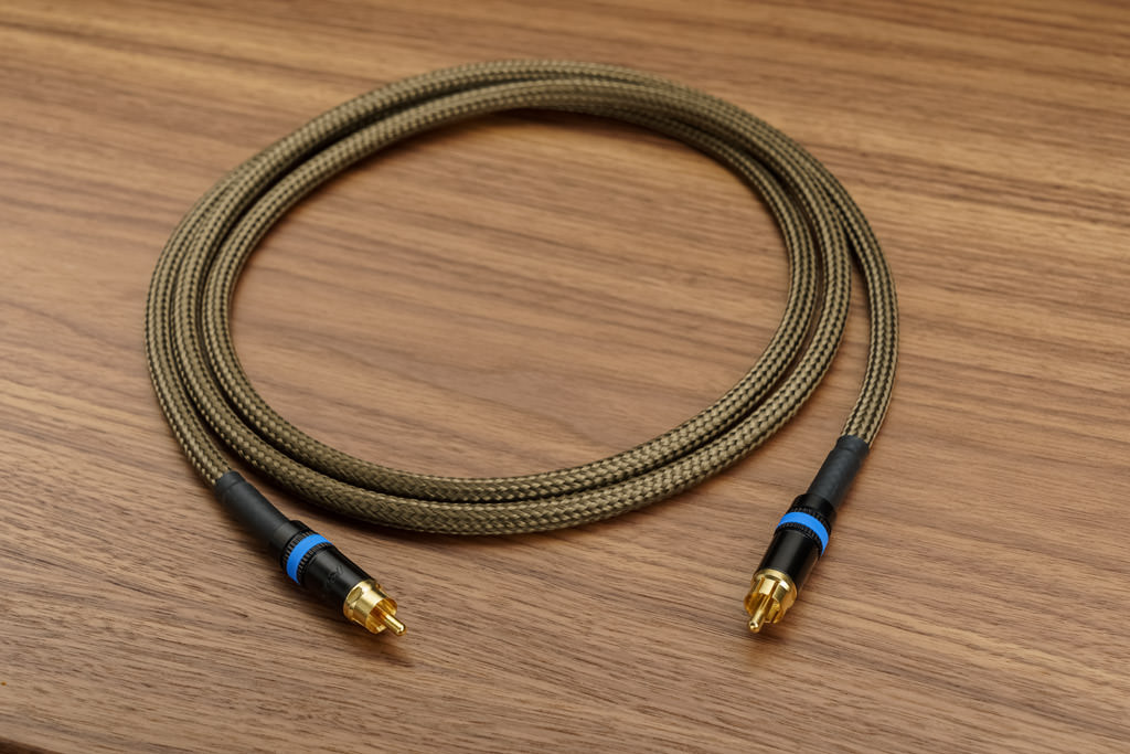Audio Optimum bietet mit Basaltgeflecht gemantelte Signalkabel für alle digitalen und analogen Anwendungsfälle, die im Zuge dieses Tests mit einer exzellenten Performance auffielen.