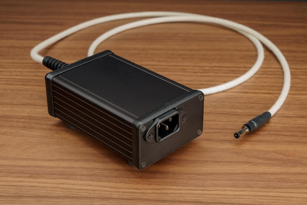 Das ausgelagerte Linearnetzteil sorgt für eine hochstabile Spannungsversorgung und trägt durch seine Auslagerung dazu bei, dass die empfindliche Elektronik des NOS-DAC 2 nicht durch klangverschlechternde elektromagnetische Einflüsse beeinflusst wird.