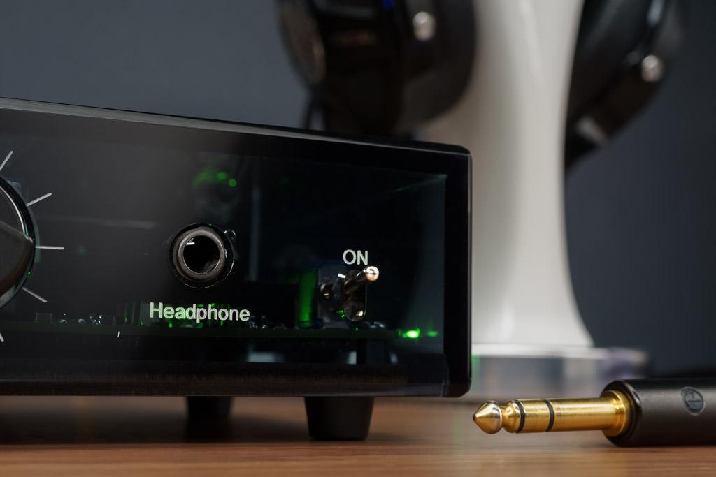 Bei aller Kompaktheit bietet der NOS-DAC 2 sogar einen Kopfhörerausgang. Er ist als 6,35-Millimeter-Klinkenbuchse realisiert, dieser Anschluss ist wegen seiner größeren Robustheit der sogenannten Miniklinke überlegen.