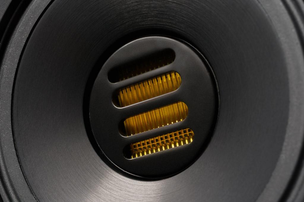 """Der JET-Hochtöner ist Elacs Markenzeichen: Die filigrane Ziehharmonika-Membran des ultraflotten Tweeters ist zum Schutz vor Berührungen durch ein Gitter geschützt. In der S 507 kommt der Tweeter in der Weiterentwicklung zum JET5c zum Einsatz – als Zentrum eines koaxialen Hochton/Mittelton-Chassis, das Elac auf den Namen """"stepX-JET"""" getauft hat."""