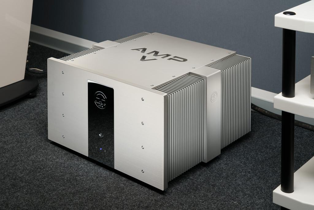 Das massive, gebürstete Aluminiumgehäuse und die blitzenden Chrom-Applikationen weisen den Amp V als Accustic Arts-Komponente aus.