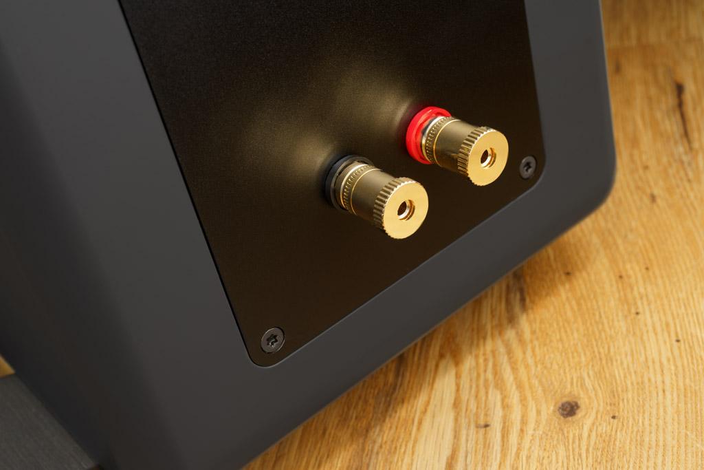 Die Ayers Five ist mit einem erstklassigen Anschluss ausgerüstet. Zur Minimierung der Klangbeeinflussung kommt ein Single-Wire-Terminal zum Zuge. Die vergoldeten Klemmen akzeptieren Kabel, die mit Kabelschuhen oder Bananenstecker konfektioniert sind, sowie blanke Litze mit einem Querschnitt bis acht Quadratmillimeter. In diesem Fall verhindert eine freidrehende Andruckscheibe, dass beim Festschrauben die feinen Drähtchen verbogen und gezogen werden.