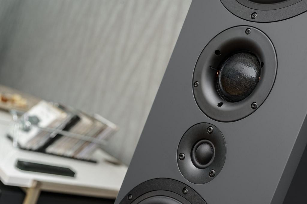 Auf der Schallwand sitzt der Hochtöner unterhalb des Mitteltöners – und damit auf Ohrhöhe des Hörers.